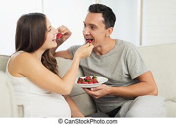 女, 彼ら, モデル, ライト, 妊娠した, sofa., 次に, うそ, いちご, 甘いもの, 人, 食べなさい, 彼女。