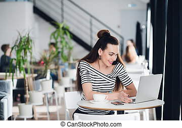 女, 彼女, ラップトップ, 若い, コーカサス人, 見る, 間, によって, internet., 微笑, 話すこと, 親類