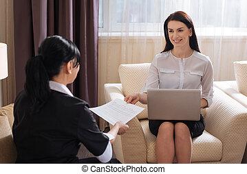 女, 彼女, 寄付, ホテル, 契約, 気持が良い, お手伝い, 雇用, うれしい