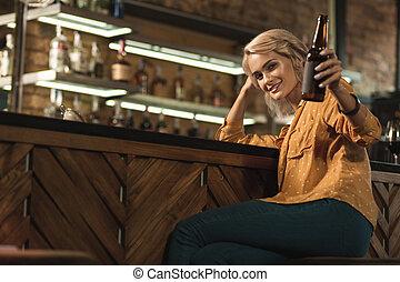 女, 彼女, 朗らかである, ビール瓶, ブロンド, 上げること