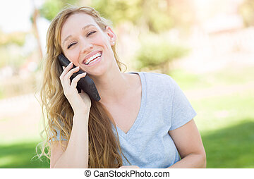 女, 彼女, 若い, 話し, 電話。, 成人, 屋外で, 痛みなさい