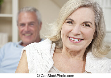女, &, 恋人, 家, 年長 人, 幸せに微笑する