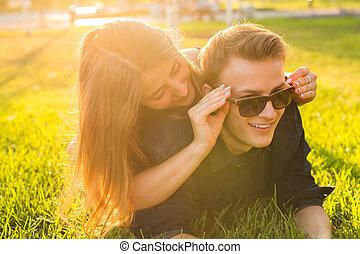 女, 恋人, 彼女, 上に, 若い, 遊び, 草, 楽しみ, 微笑, 恋人, 持つこと, あること