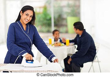 女, 息子, 間, indian, アイロンをかけること, 朝食, 持つこと, 夫
