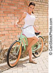 女, 愛, bike!, 私, 若い, 長さ, 自転車, フルである, 微笑, 魅力的, 地位, 型, 彼女