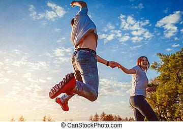 女, 春, 恋人, 若い, フィールド, 動くこと, 楽しみ, jumping., 人, 持つこと, sunset.
