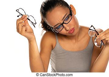 女, 比較しなさい, 若い, 皮膚が黒い, メガネ