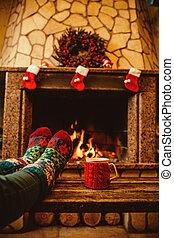 女, 毛織りである, ソックス, クリスマス, フィート, fireplace., リラックスする