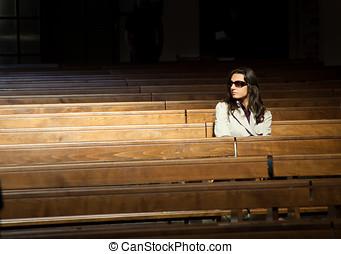 女, 祈ること, 教会