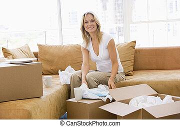 女, 箱, 家, 新しい, 微笑, 荷を解くこと