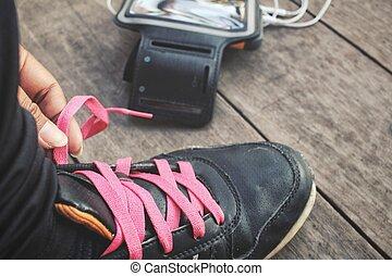 女, 結ぶこと, 電話, 動くこと, 音楽, 靴, 聞くこと, 痛みなさい, ひも