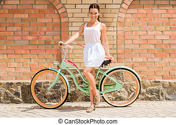 女, 美しさ, bike., 長さ, 若い, 自転車, フルである, 微笑, 魅力的, 地位, 型, 彼女