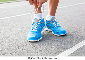 女, 若い, スポーツ, クローズアップ, 靴, 結ぶこと