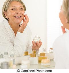 女, 見なさい, 鏡, 適用されなさい, シニア, クリーム, anti-wrinkles