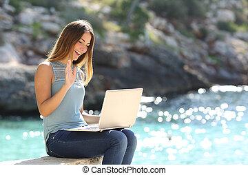 女, 観光客, ラップトップ, ホリデー, オンラインで, 楽しむ