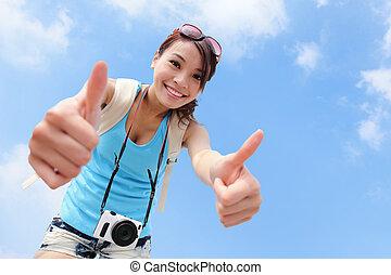 女, 観光客, 提示, の上, 親指, 微笑