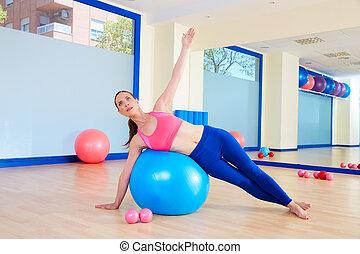女, 試し, fitball, pilates, 曲がり, 側, 練習