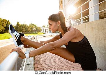 女, 足, 伸張, かなり, フィットネス, サイド光景