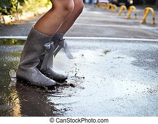 女, 身に着けていること, 灰色, ポルカドット, 雨ブーツ, 跳躍, に, a, 水たまり