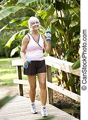 女, 運動, パークに, 歩くこと, ∥で∥, 手重み