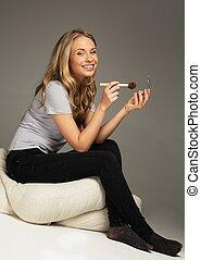 女, 適用, ポジティブ, 若い, 長い髪, blushes