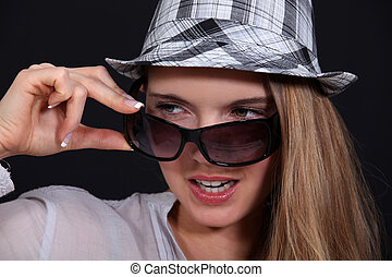 女, 離れて, 彼女, 取得, 帽子, ガラス