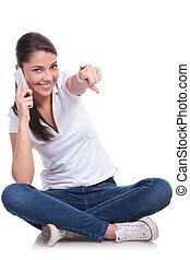 女, &, 電話, ポイント, 座る, 偶然