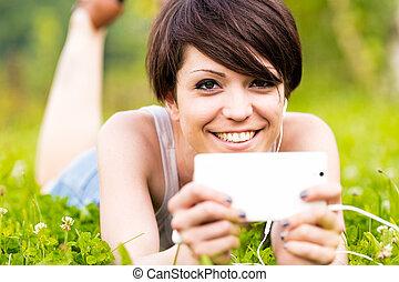 女, 音楽が聞く, 屋外で, 幸せに微笑する