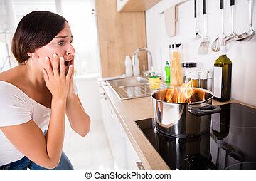女, 食物, ポット, 料理, 見る, 燃やされる