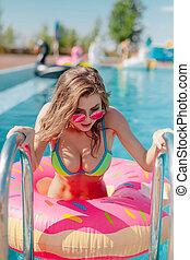 女, 20s., 行く, 魅力的, 肖像画, から, プール, 水泳