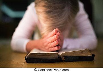 女, bibl, 彼女, 一緒に, 祈ること, よくわからない, 手が握り締められる