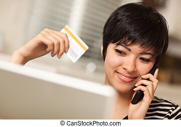 女, multiethnic, 電話, ラップトップ, クレジット, 保有物, 使うこと, カード