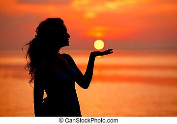 女, silhouetted, 太陽, sunset., に対して, 海, 楽しむ, 幸せ