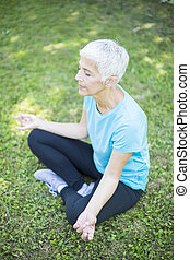 女, th, シニア, 瞑想する, 公園