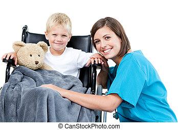 好, 女性 醫生, 運載, 可愛, 小男孩, 由于, 他的, 玩具熊, 在, the, 輪椅, 在, the, 醫院