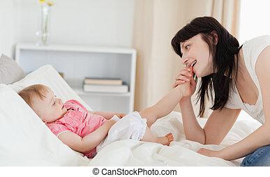 好,  Appartment, 她, 坐, 床, 看, 當時, 黑發淺黑膚色女子, 女性, 嬰孩, 玩