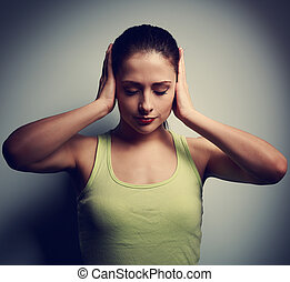 妇女思想, 混乱, 不愉快, 黑的背景, 头痛