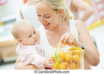妇女购物, 水果