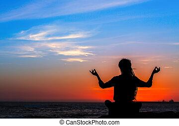 妇女, 侧面影象, 莲, 考虑, 大海, 惊人, 在期间, 位置, 瑜伽, 海滩, sunset.