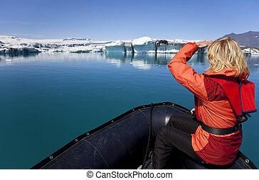 妇女, 冰山, 探险家, jokulsarlon, 可膨胀, iceland., boatthrough, 严格, 领域, 浮动, 环礁湖