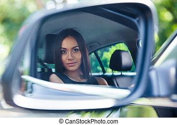 妇女, 反映, 她, 汽车, 看, 镜子