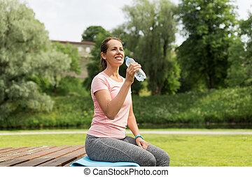 妇女, 在之后, 公园, 练习, 水, 喝