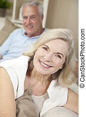 妇女, &, 夫妇, 家, 高级人, 微笑高兴