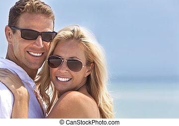 妇女, &, 夫妇, 有吸引力, 开心, 海滩, 人