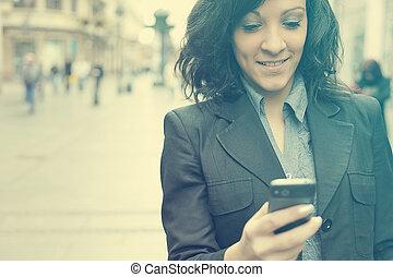妇女, 带, cellphone, 走, 在上, 街道