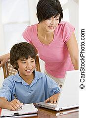 妇女, 帮助, 年轻男孩, 带, 笔记本电脑, 做, 家庭作业, 在中, 餐厅, s