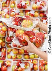 妇女, 手, 握住, 苹果, 在中, store;, 妇女, chooses, 美味, 同时,, 健康, food;, 浅, 领域的深度