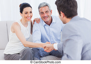 妇女, 握手, 带, 推销员, 坐, 在旁边, 丈夫
