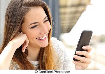 妇女, 浏览, 媒介, 在中, a, 移动电话