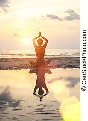 妇女, 瑜伽, 反映, 坐, 莲姿态, 明亮的颜色, water., 在期间, 海滩, 日落